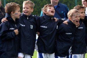 ウォーキングサッカーを楽しむ子供達